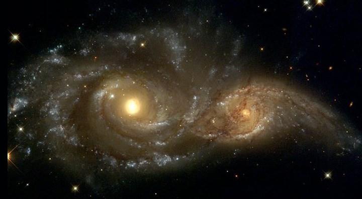 זוג גלקסיות ספירליות שכמעט מתנגשות