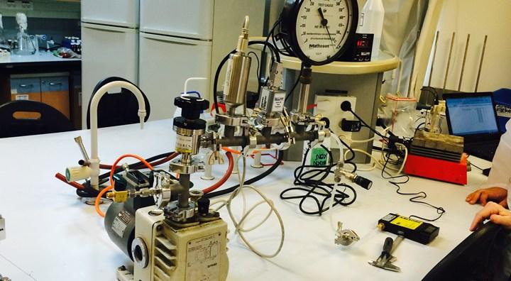 מערכת ואקום במעבדה לכימיה פיסיקלית